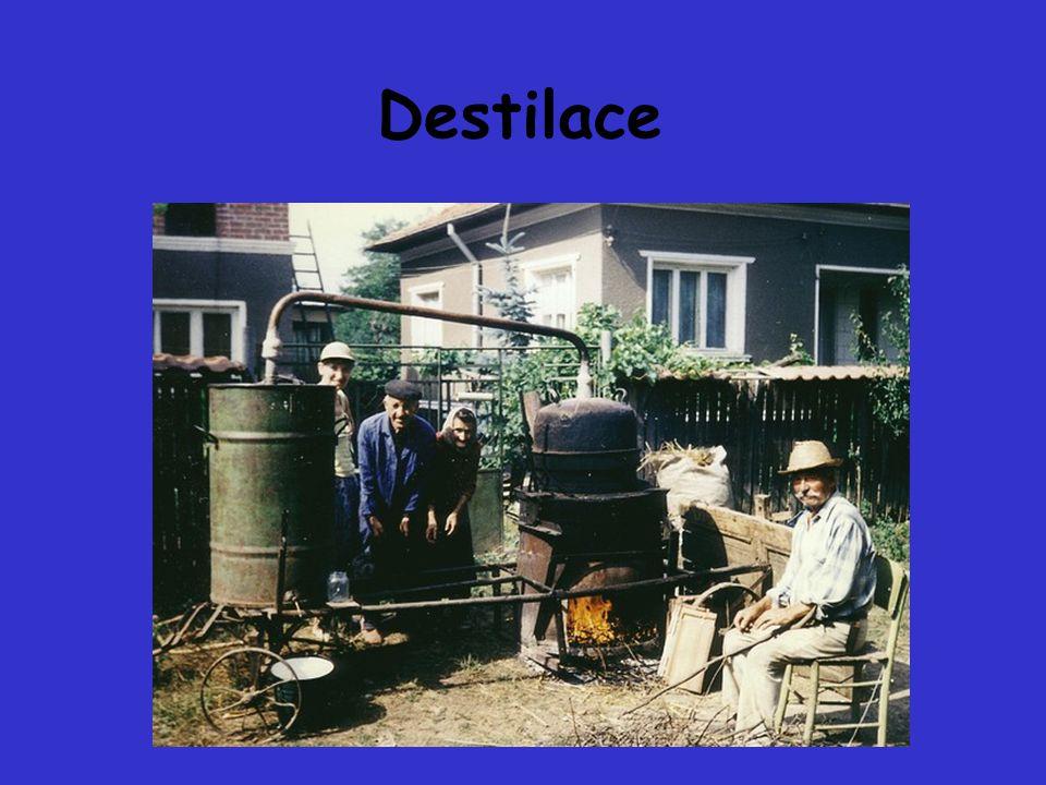 DESTILACE destilace je dělicí pochod, založený na rozdílu ve složení kapaliny a páry z ní vzniklé nejstarší způsob čištění vody, velmi účinný ale energeticky náročný úspora: - vícestupňová destilace - termokomprese.