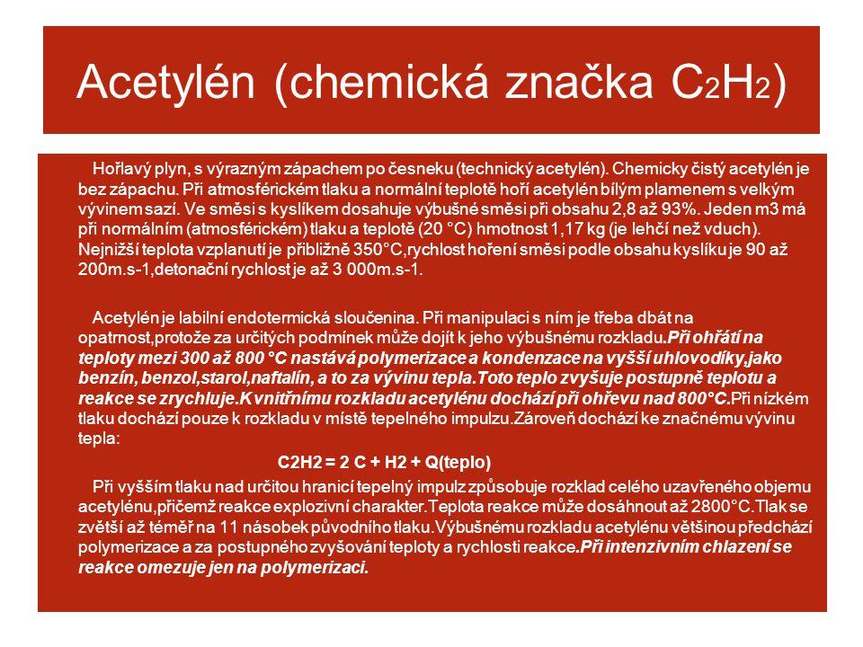 Acetylén (chemická značka C 2 H 2 ) Hořlavý plyn, s výrazným zápachem po česneku (technický acetylén). Chemicky čistý acetylén je bez zápachu. Při atm