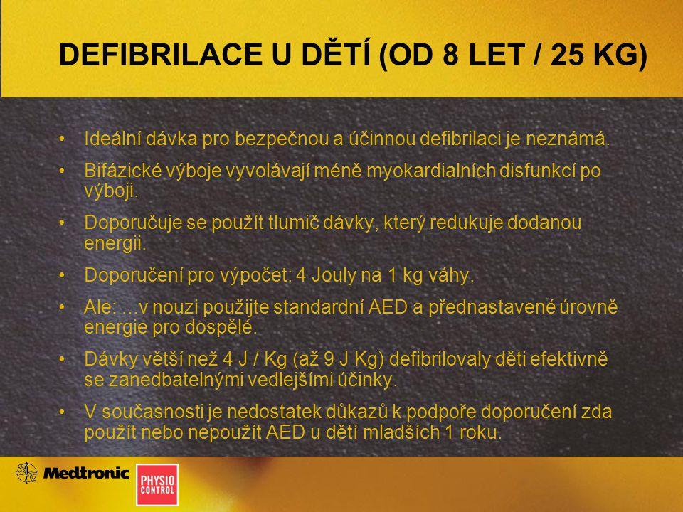 DEFIBRILACE U DĚTÍ (OD 8 LET / 25 KG) Ideální dávka pro bezpečnou a účinnou defibrilaci je neznámá. Bifázické výboje vyvolávají méně myokardialních di
