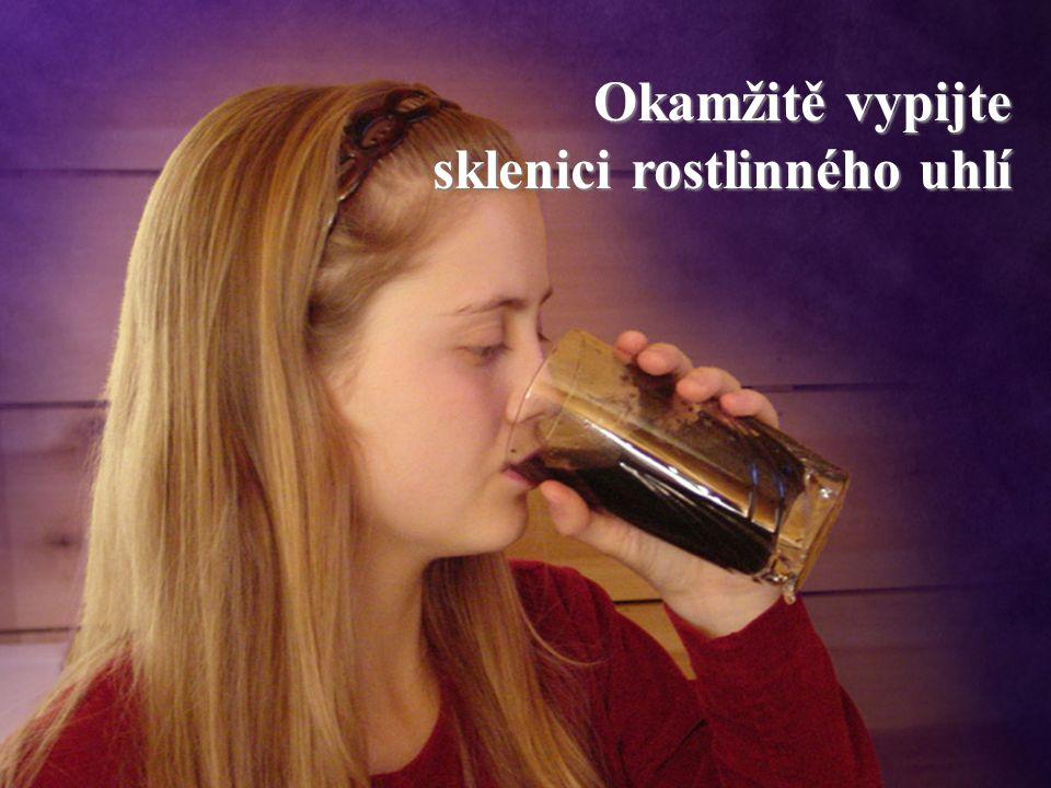 Okamžitě vypijte sklenici rostlinného uhlí