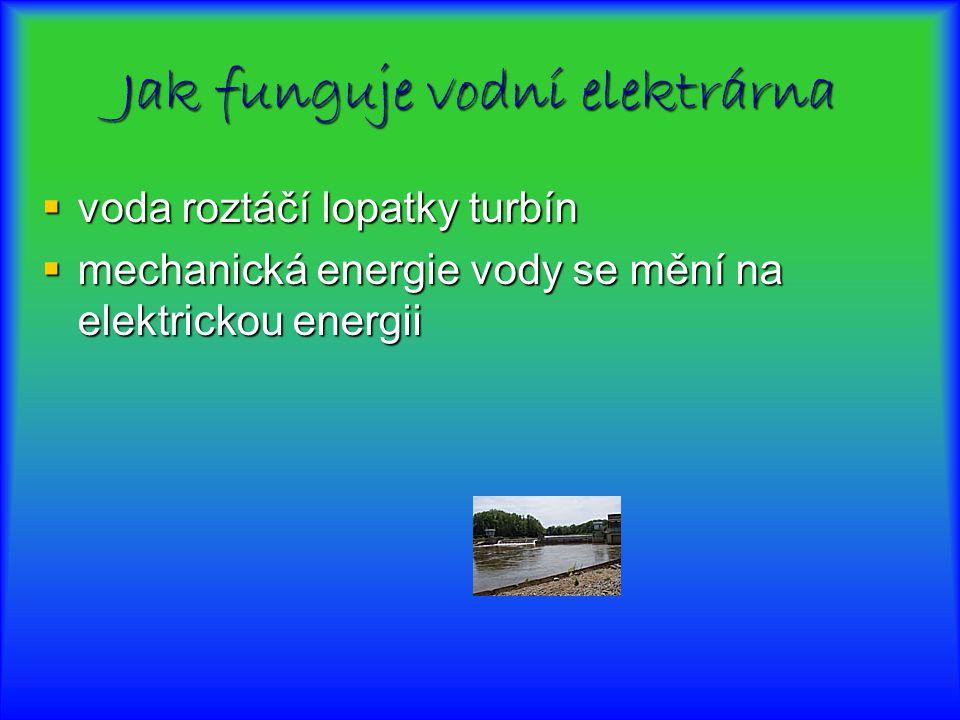 Jak funguje vodní elektrárna  voda roztáčí lopatky turbín  mechanická energie vody se mění na elektrickou energii