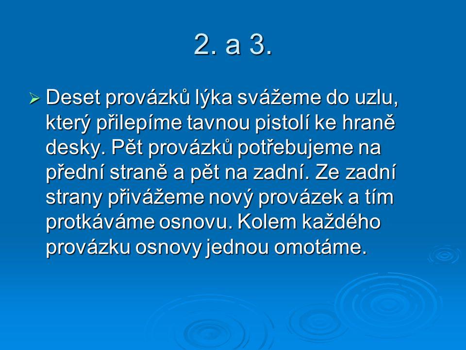 2. a 3.  Deset provázků lýka svážeme do uzlu, který přilepíme tavnou pistolí ke hraně desky. Pět provázků potřebujeme na přední straně a pět na zadní