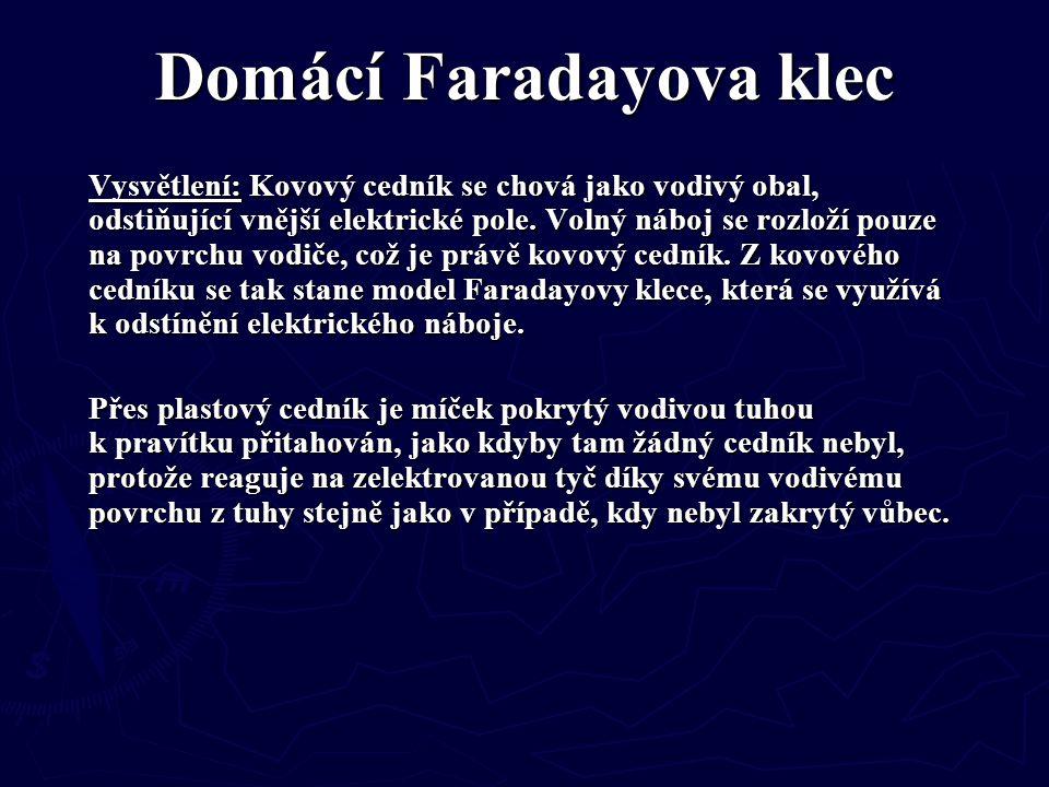 Domácí Faradayova klec Vysvětlení: Kovový cedník se chová jako vodivý obal, odstiňující vnější elektrické pole. Volný náboj se rozloží pouze na povrch
