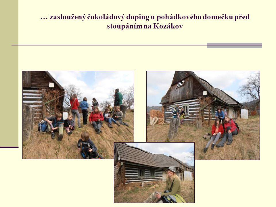 … zasloužený čokoládový doping u pohádkového domečku před stoupáním na Kozákov