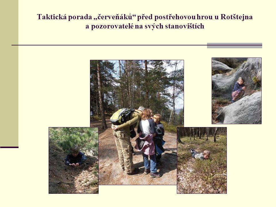 """Taktická porada """"červeňáků před postřehovou hrou u Rotštejna a pozorovatelé na svých stanovištích"""