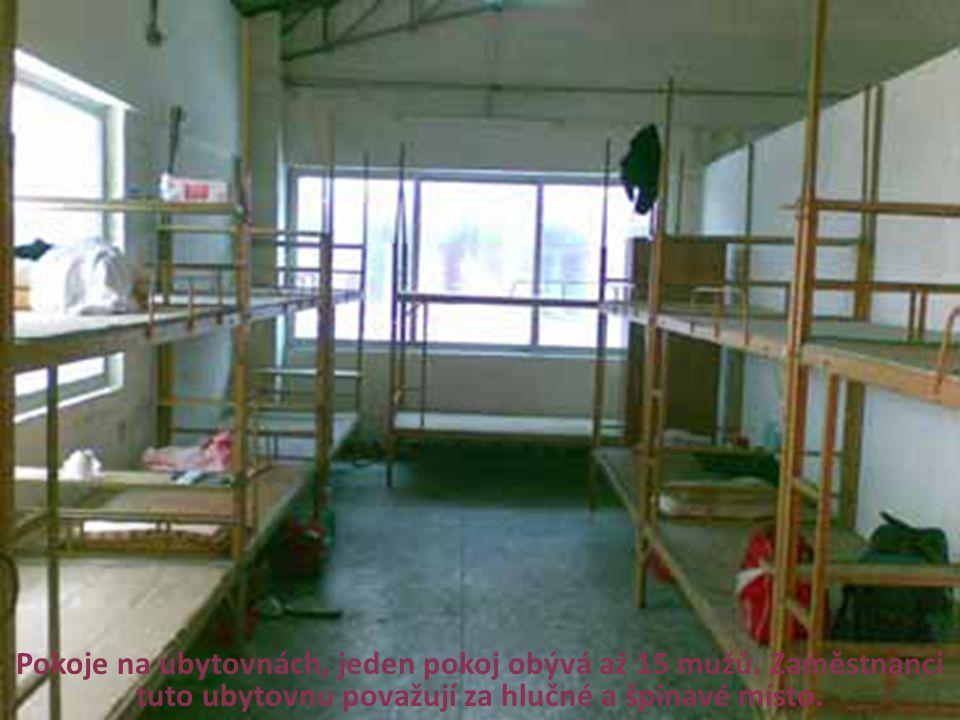 Pokoje na ubytovnách, jeden pokoj obývá až 15 mužů. Zaměstnanci tuto ubytovnu považují za hlučné a špinavé místo.