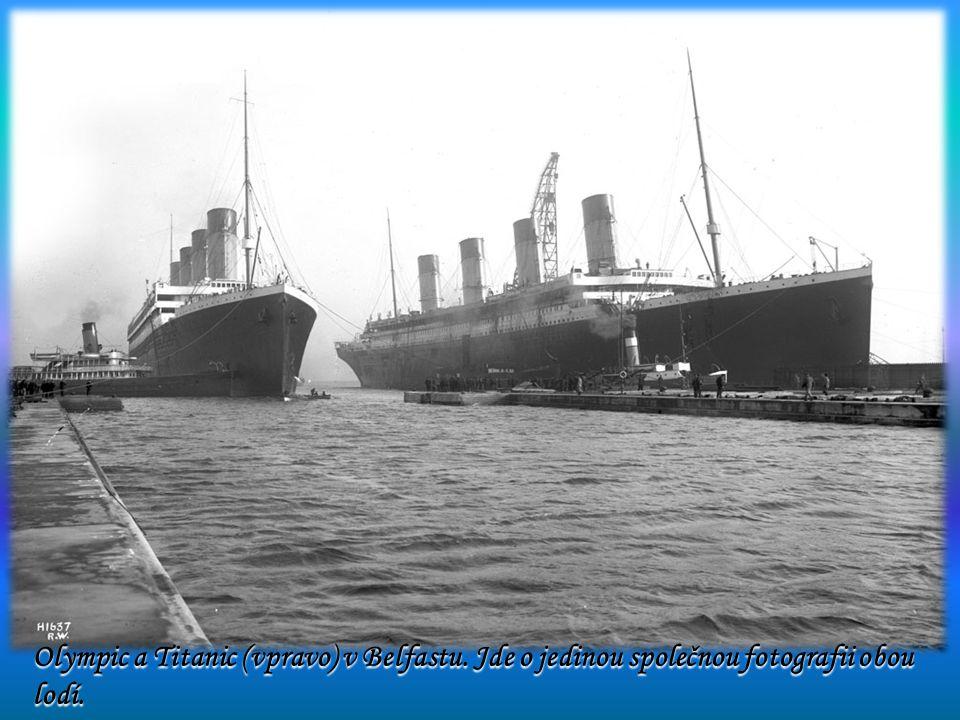 Olympic a Titanic (vpravo) v Belfastu. Jde o jedinou společnou fotografii obou lodí.