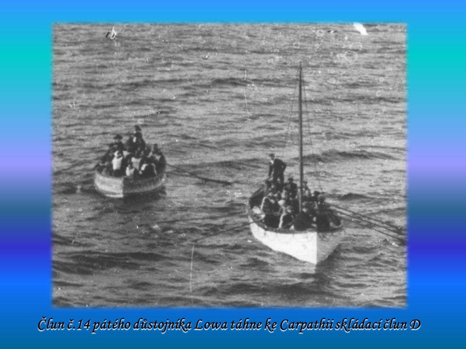 Člun č.14 pátého důstojníka Lowa táhne ke Carpathii skládací člun D Člun č.14 pátého důstojníka Lowa táhne ke Carpathii skládací člun D