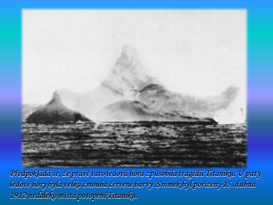 Předpokládá se, že právě tato ledová hora způsobila tragédii Titaniku. U paty ledové hory byla velká čmouha červené barvy. Snímek byl pořízený 15. dub