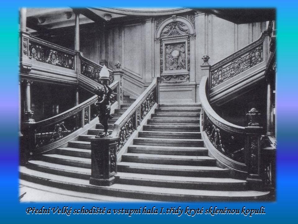 Přední Velké schodiště a vstupní hala I.třídy kryté skleněnou kopulí. Přední Velké schodiště a vstupní hala I.třídy kryté skleněnou kopulí.