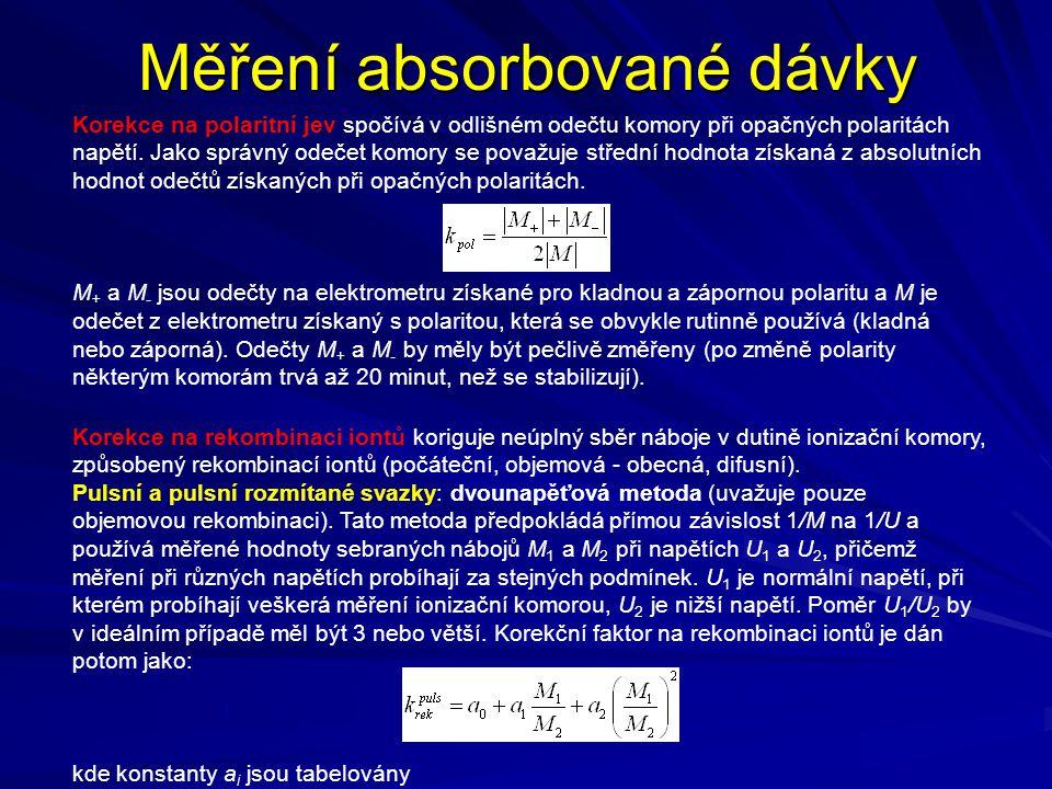 Měření absorbované dávky Korekce na polaritní jev spočívá v odlišném odečtu komory při opačných polaritách napětí. Jako správný odečet komory se považ