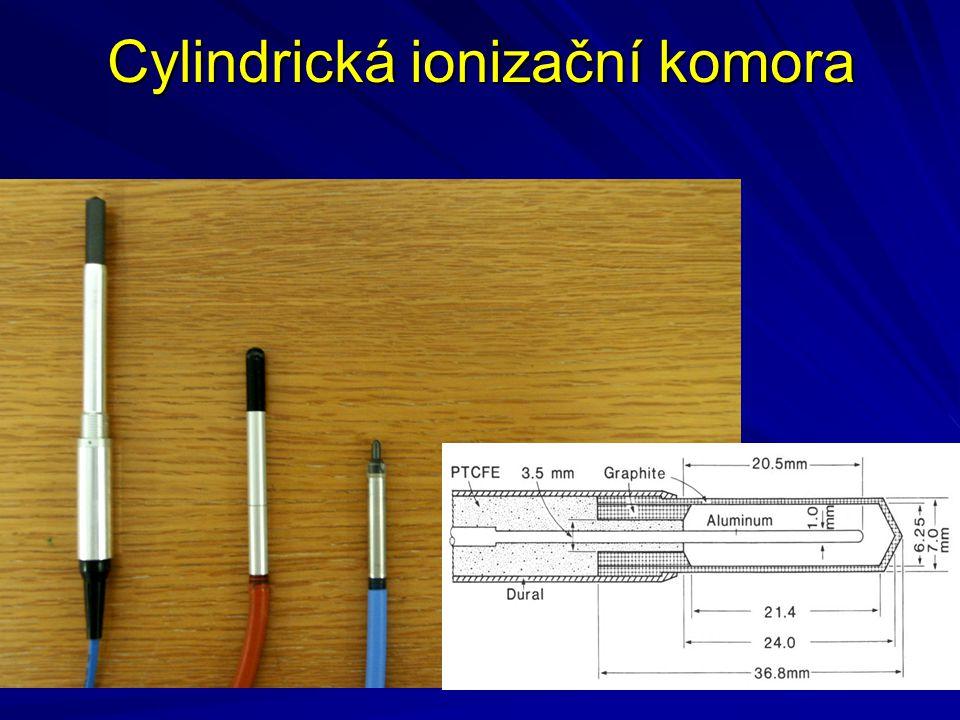 Zapojení IK a elektrometru R k – svodový odpor komory C k – kapacita komory R e, C e – vstupní odpor (kapacita) připojeného elektrometru Proud komory nabíjí integrační obvod s efektivní časovou konstantou  = RC, kde C = C k + C e, R = R k R e / (R k + R e ) Vztah mezi ionizačním proudem a napětím na vstupu elektrometru je určen rovnicí: