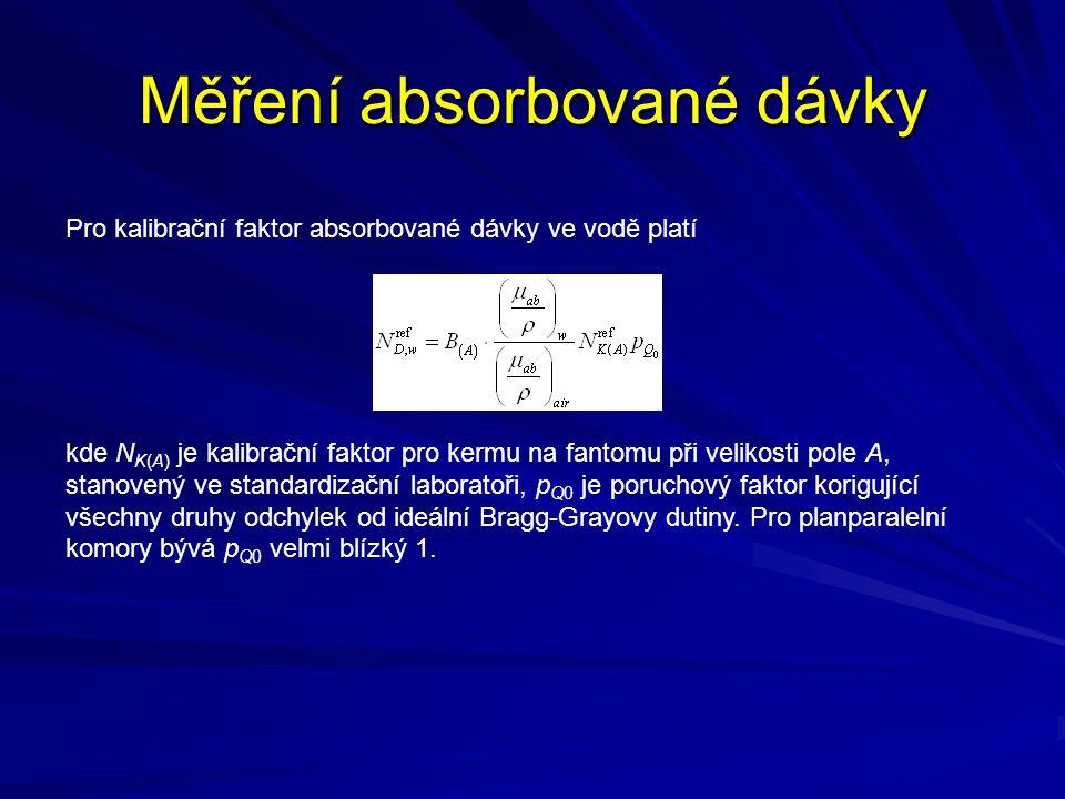 Měření absorbované dávky Pro kalibrační faktor absorbované dávky ve vodě platí kde N K(A) je kalibrační faktor pro kermu na fantomu při velikosti pole