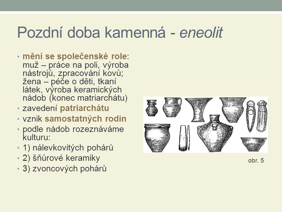 Pozdní doba kamenná - eneolit mění se společenské role: muž – práce na poli, výroba nástrojů, zpracování kovů; žena – péče o děti, tkaní látek, výroba