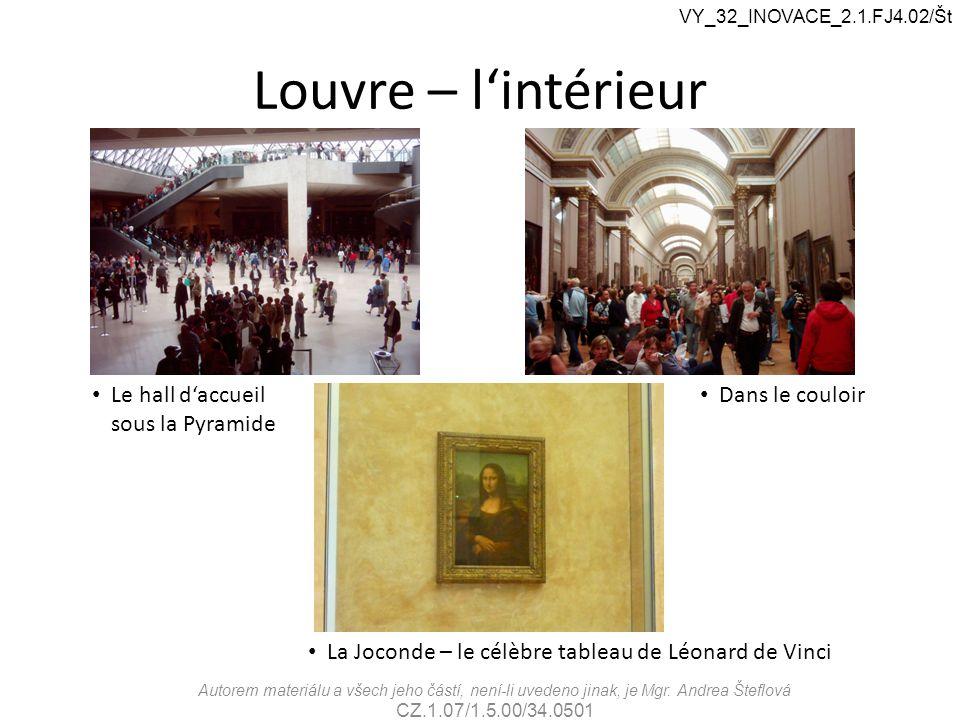 Louvre – l'intérieur La Joconde – le célèbre tableau de Léonard de Vinci Le hall d'accueil sous la Pyramide Dans le couloir VY_32_INOVACE_2.1.FJ4.02/Š